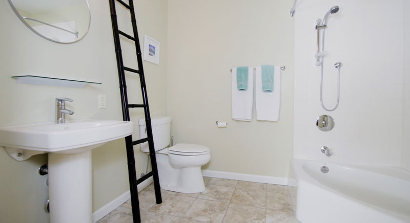 Guest Bath of 2621 State St. 4 in Villa Constance North in Santa Barbara listed for $669,000 by Thomas C. Schultheis, Broker Associate at Berkshire Hathaway